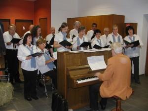"""Der gemischte Chor """"Liederkranz"""" Welschensteinach unter der Leitung von Peter Lohmann sorgte für hervorragende Unterhaltung beim Herbstfest für Senioren der DJK Welschensteinach."""