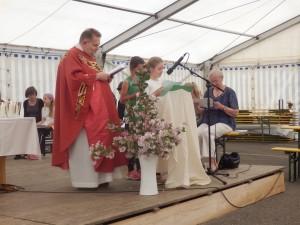 Pfarrer Klaus Klinger feierte den Gottesdienst im Festzelt beim Pfingstsportfest der DJK Welschensteinach. Die DJK-Jugend gestaltete diesen mit.