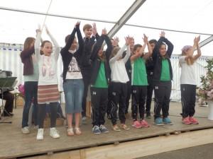 Beim Festgottesdient im Zelt beim DJK-Pfingstsportfest ging es für die Gottesdienstbesucher auch darum, sich bei Liedtexten zu bewegen. Die DJK-Jugend machte es vor.