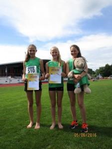 Die erfolgreichen Vögele-Schwestern Anne, Lena und Theresa von der DJK Welschensteinach mit Lena Vögele als Badischer Meisterin im Blockmehrkampf Lauf in der Mitte.
