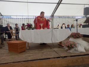 Pfarrer Klaus Klinger feierte den Gottesdienst im Zelt beim Pfingst-Sportfest der DJK Welschensteinach. Die DJK-Jugend gestaltete diesen mit.