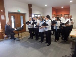 """Der gemischte Chor """"Liederkranz"""" Welschensteinach unter der Leitung von Heiko Mazurek unterhielt die Welschensteinacher Senioren beim Herbstfest der DJK."""