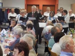"""Heiko Mazurek vom gemischten Chor """"Liederkranz"""" Welschensteinach dirigierte bei """"Am Brunnen vor dem Tore"""" den Chor und das lautstark mitsingende Publikum."""