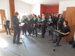 """Der """"Chor Welschensteinach"""" mit seinem neuen Dirigenten Erik Buboltz unterhielt die Gäste beim Herbstfest für Senioren im Foyer der Allmendhalle mit einem abwechslungsreichen Liedprogramm."""