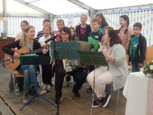 Viele junge DJKler gestalteten den Gottesdienst mit. Melanie Klausmann (Gitarre), Andrea Brüstle (Akkordeon) und Veronika Klausmann (Flöte)