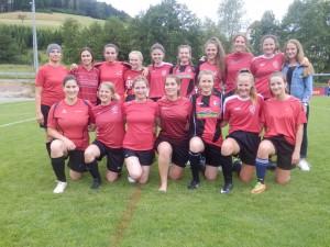 """Bei den Damen siegte der """"1.FC Wir bügeln alles"""" vor den """"Running Gags"""" (beide gemischt in rot)."""