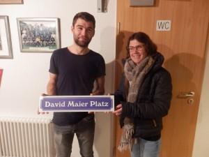 Bauleiter David Maier investierte ungezählte Stunden in den Bau des neuen Kleinspielfeldes der DJK Welschensteinach, das nun David-Maier-Platz heißt. Ute Vögele von der Leichtathletikabteilung überreichte dazu das Schild.